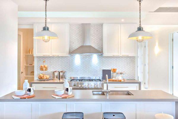 Интерьер кухонного пространства в светлых тонах