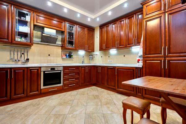 Кухонный гарнитур в итальянском стиле под дерево