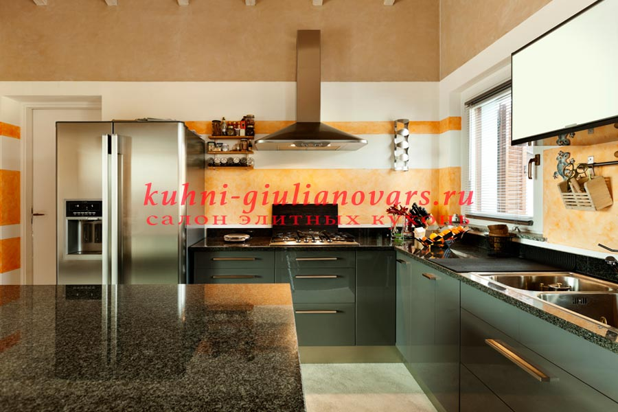 Пример бежевой кухни в итальянском стиле