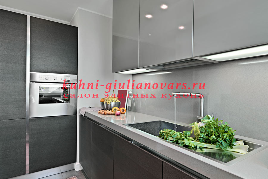серые кухни в итальянском стиле